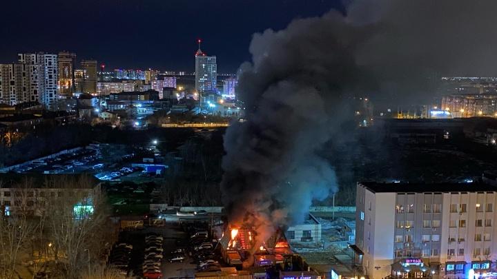 Второй раз за месяц: в центре Тюмени снова загорелось заброшенное кафе