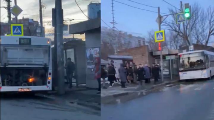В Самаре прямо на ходу загорелся 34-й автобус: видео