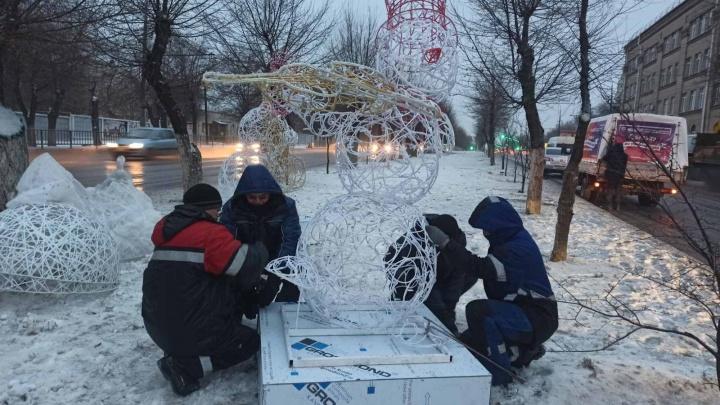 В Волгограде на оживленной магистрали монтируют упряжку Деда Мороза и сказочных зверей
