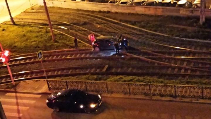 «Перекресток снова собирает своих жертв»: в Екатеринбурге на трамвайные пути вылетела иномарка