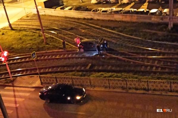 Автомобили в этом месте вылетают на трамвайные пути регулярно