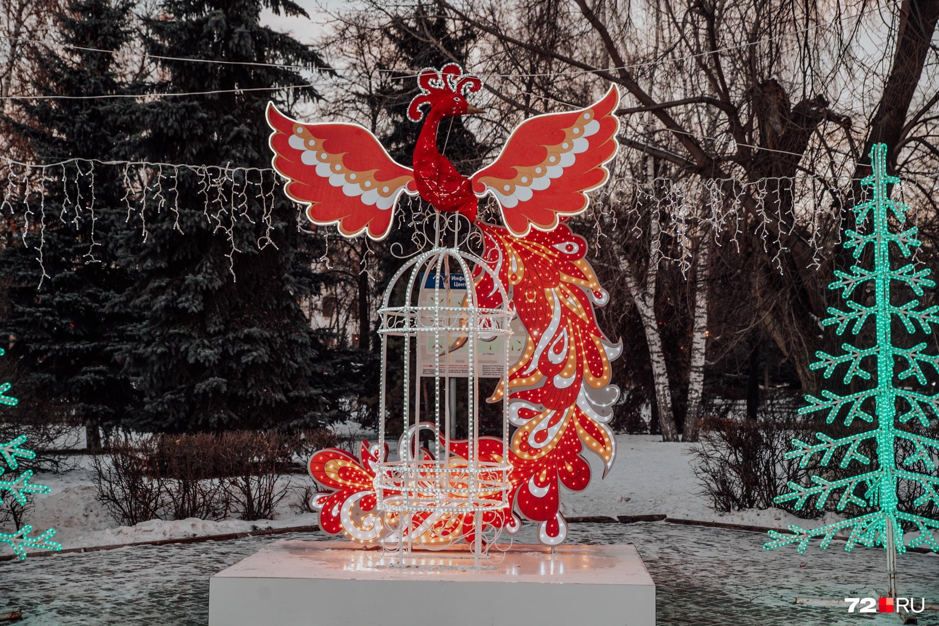 Идем дальше. Вот такая жар-птица вам обязательно встретится, если попадете на Центральную площадь (да-да, где памятник Ленину)
