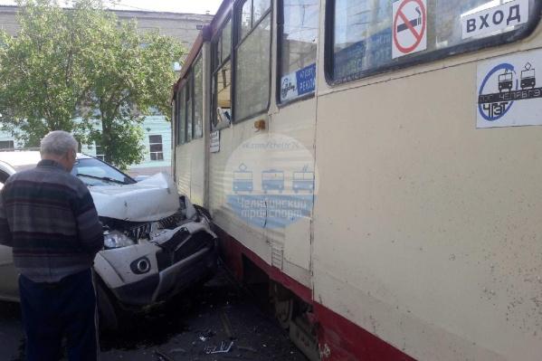 Авария произошла на улице Дзержинского в Ленинском районе. Окна трамвая оказались разбиты