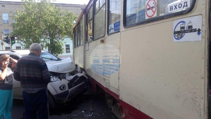 В Челябинске иномарка протаранила трамвай. Троих увезли в больницу