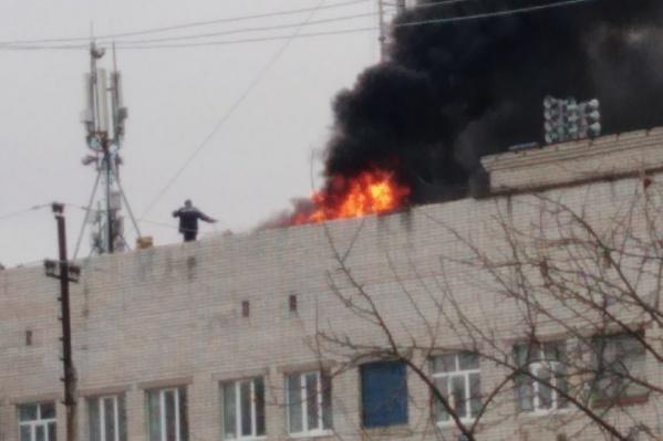 Столб дыма и открытый огонь видно издалека.