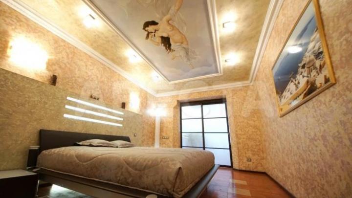 В Омске за 22 миллиона продают квартиру с обнажённой Венерой на потолке и мраморными колоннами