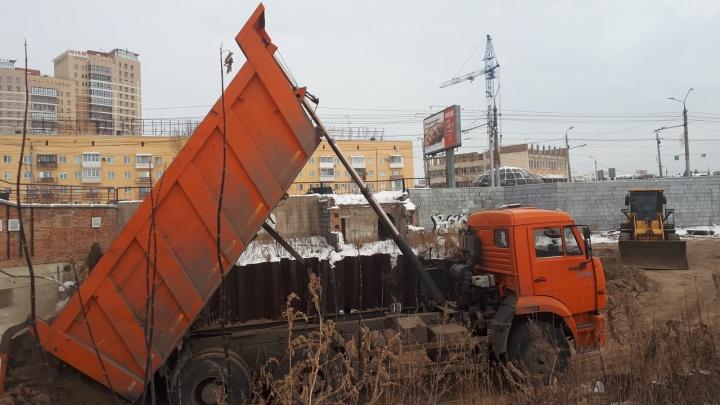В Омске начали засыпать котлован у «Летура», вырытый 11 лет назад