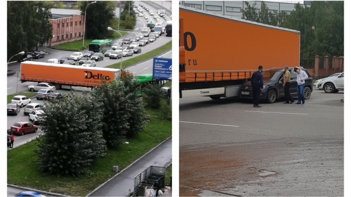 Улицу Серафимы Дерябиной перегородила фура: автомобили встали в пробку