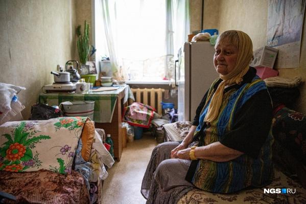 Алла Николаевна Орлова живёт со взрослой дочерью в комнате размером около восьми квадратных метров