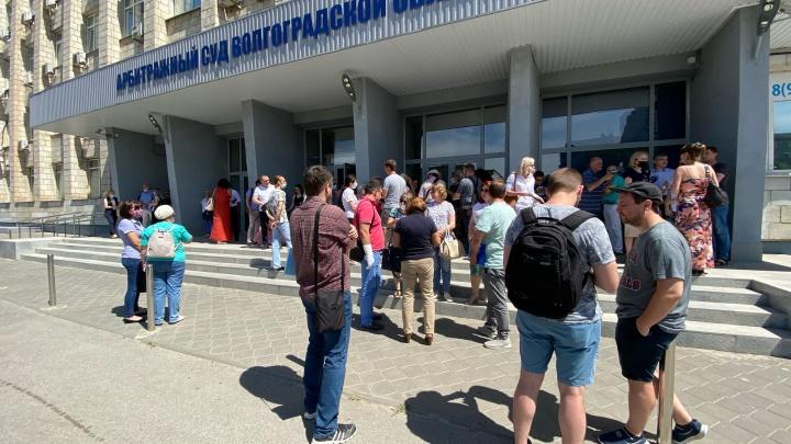 «Доборолись до того, что у нас хотят забрать квартиры»: обманутые дольщики Волгограда осадили Арбитражный суд