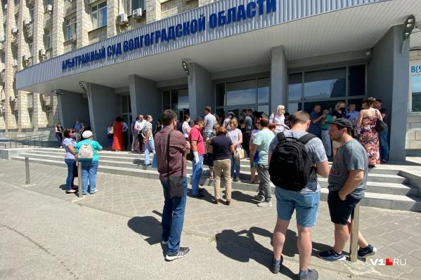 Десятки дольщиков собрались у здания Арбитражного суда