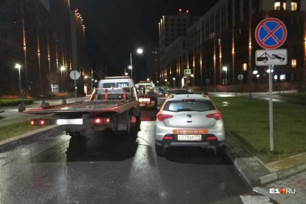 В микрорайон приехало 12 автоэвакуаторов, за несколько рейсов на штрафстоянки отправили около 30 авто