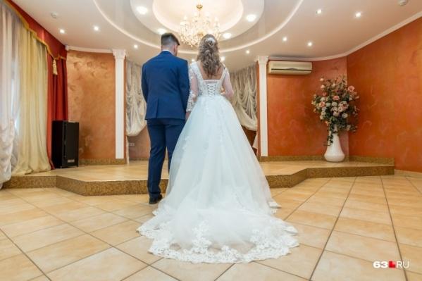 Белое платье в пол и торжественная регистрация брака — для многих это начало долгой счастливой жизни. А для вас?