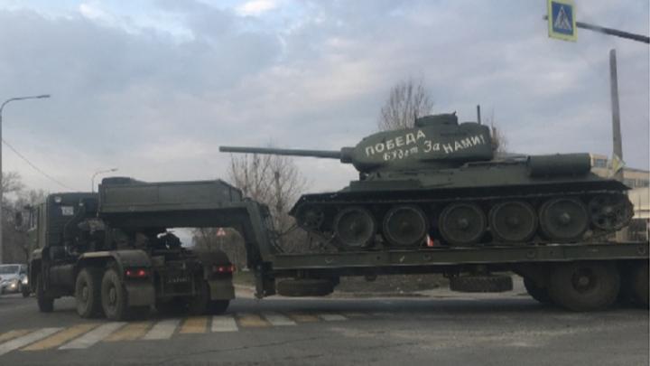 По Волгограду провезли танк Т-34