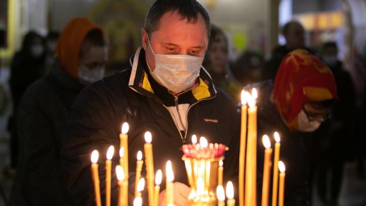 Смотрим, как верующие встретили пасхальную ночь. 14 атмосферных фотографий