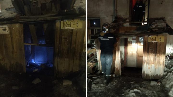 «Еле успели забежать»: в Тюмени глыба льда разрушила крышу подъезда