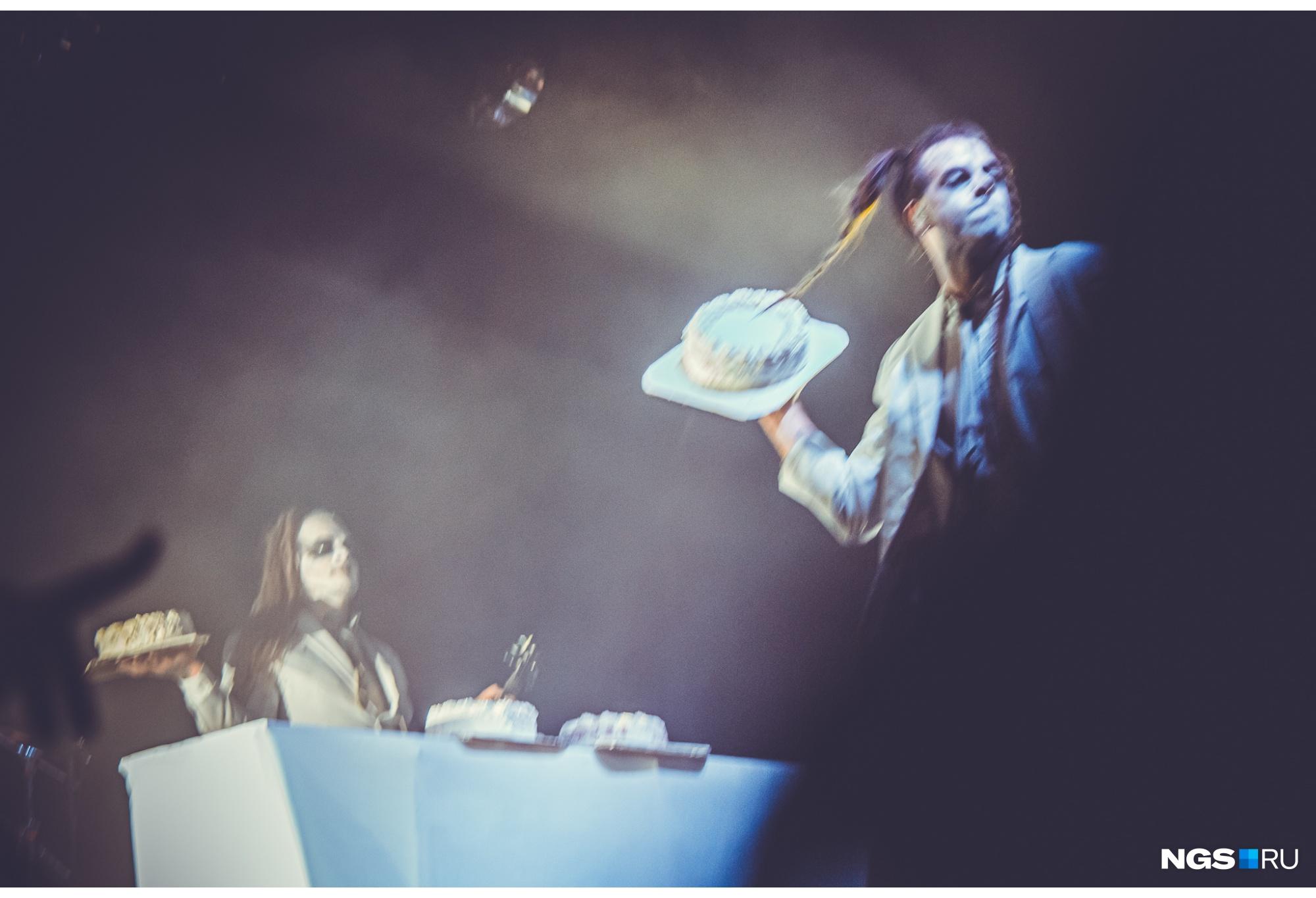 Музыканты кидались едой в зрителей