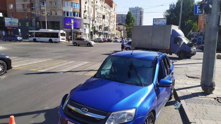 В центре Ростова столкнулись «Лада» и «Газель». Пострадали три человека