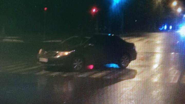 В центре Нижнего Новгорода иномарка сбила троих пешеходов, переходивших дорогу на зелёный свет