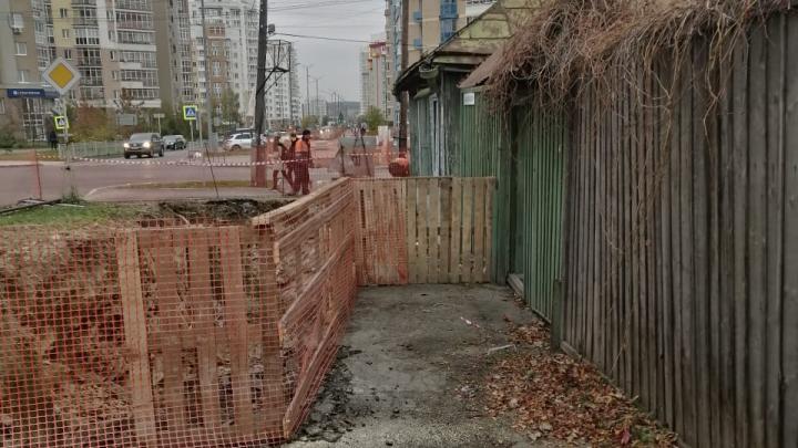 В мэрии Екатеринбурга объяснили, как появилась траншея в полуметре от жилого дома