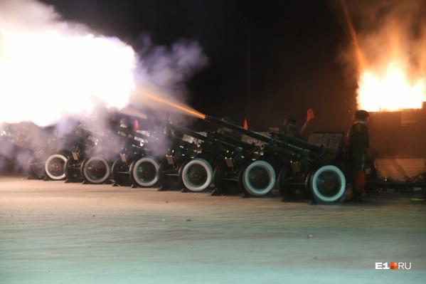 Залпы из артиллерийских орудий