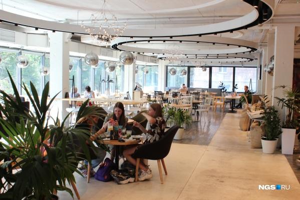 Долгое время рестораны могли принимать гостей только на летних верандах, теперь им можно работать и внутри помещений