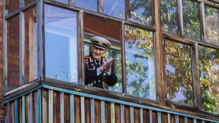 В Омске оркестр сыграл под окнами столетнего фронтовика