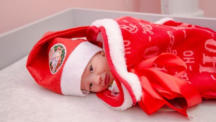 В роддомах Екатеринбурга начнут наряжать младенцев в костюм Деда Мороза