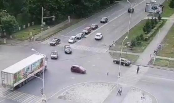 Разлетелись в стороны: в Уфе пенсионерка на иномарке сбила детей на переходе, момент попал на видео