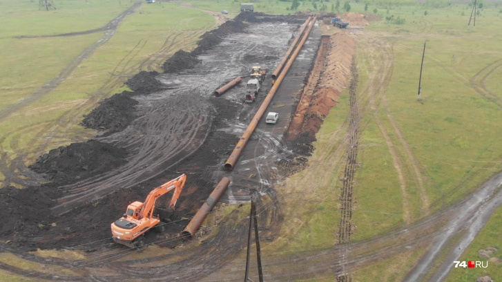 Укладка пульпопровода, по которому закладочный материал (смесь хвостов обогащения с водой) пойдёт в Коркинский разрез
