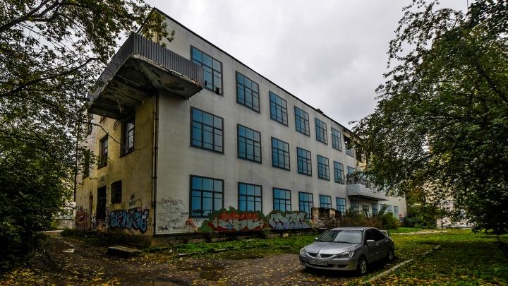 Москва притормозила: почему не ремонтируют легендарную заброшку в центре Екатеринбурга