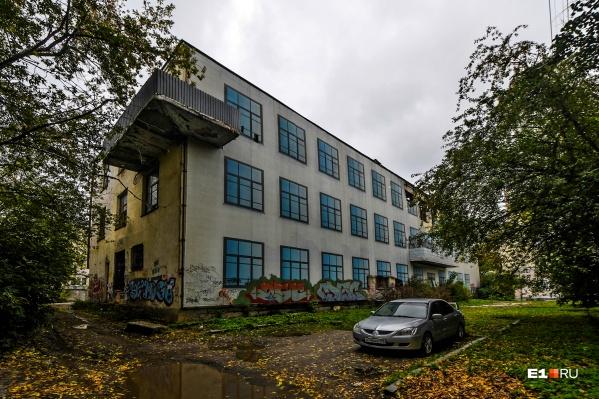 Здание было построено в 30-х годах прошлого века
