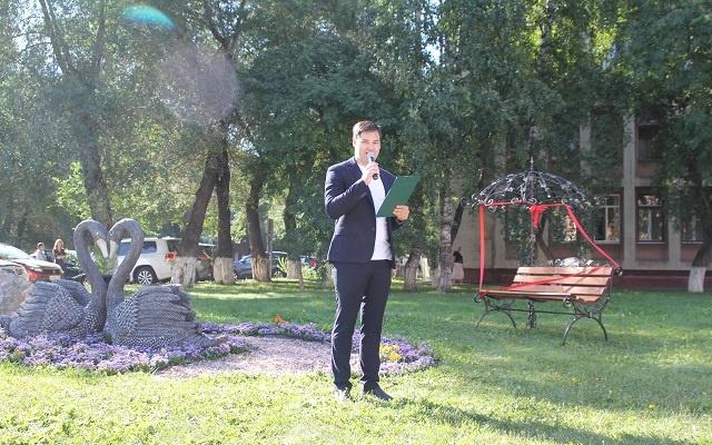 С ведущим и депутатами: в Кемерово торжественно открыли лавочку