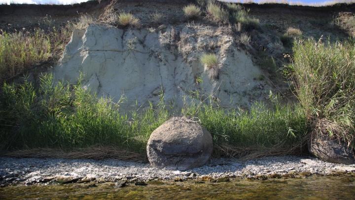 «Ему бы на метр в сторону, и всё обошлось»: в Волгоградской области рыбака раздавил рухнувший с обрыва камень