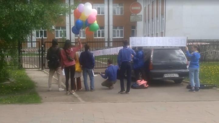 Уфимцы устроили концерт в поддержку медиков под окнами COVID-госпиталя, есть видео