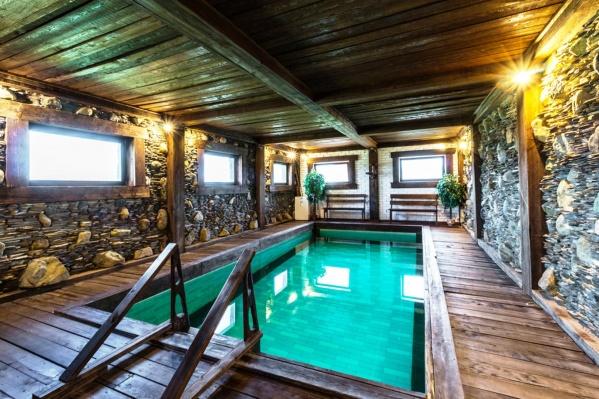 В помещении с бассейном — ничего лишнего, кроме двух скамеек и растений