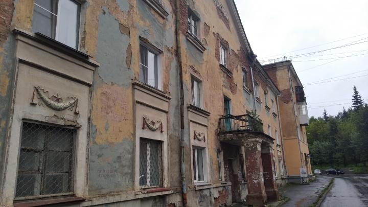 «Провисла балка на крыше»: в Челябинской области на ребёнка в ванной обрушился потолок