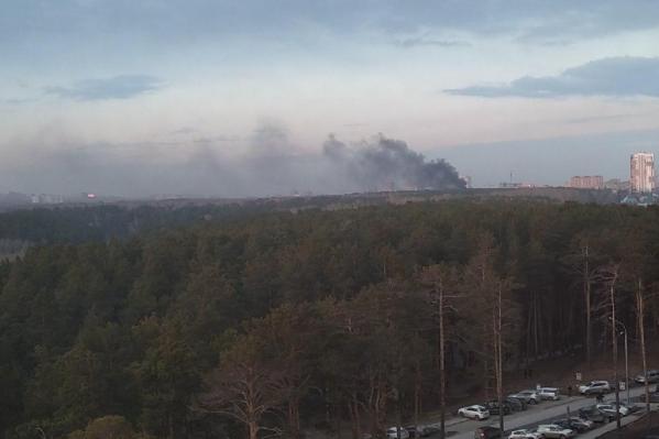 Столб дыма виден из разных районов города