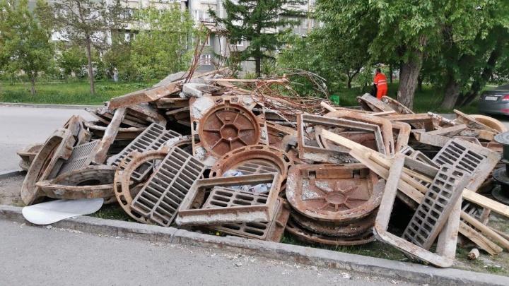 Кладбище металлолома: на Бебеля рабочие свалили на газон кучу старых люков и ливневых решеток