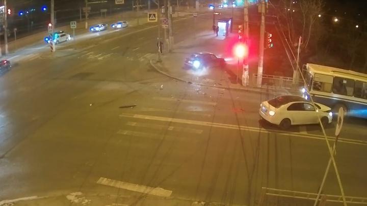 В Волгограде торопыга на иномарке устроил массовую аварию с троллейбусом: видео столкновения