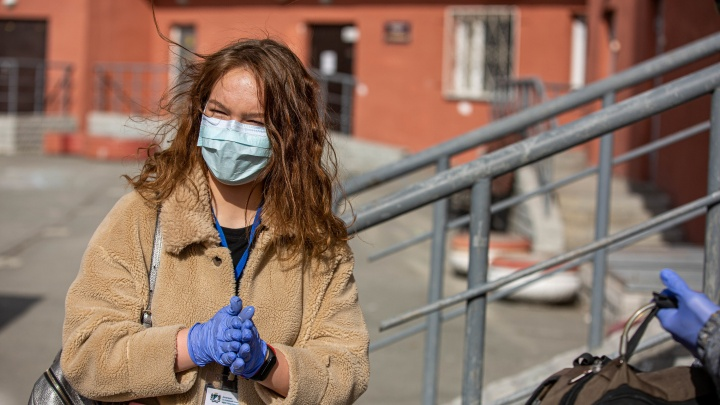 «Быть в четырёх стенах — дикость»: НГС прогулялся с волонтёрами, которые ходят за едой для изолированных