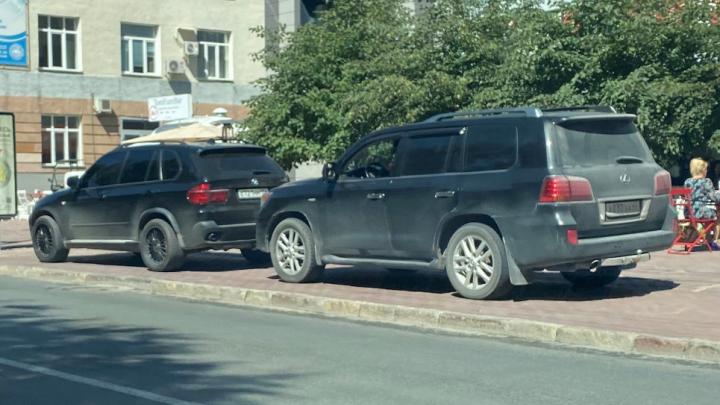 Гении парковки. Смотрим, что творят водители BMW и Lexus в центре города и как таксисты беседуют посреди дороги