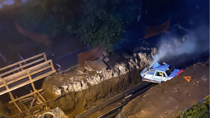 В Перми водитель ВАЗа, уходя от погони, улетел в яму