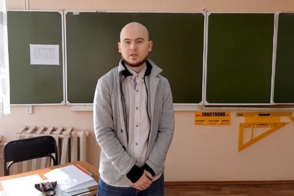 Евгений Хан утверждает, что работает учителем более чем на две ставки, но получает всего 22 тысячи рублей