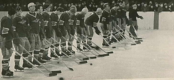 Хоккеисты «Аэрофлота» в свитерах с эмблемой клуба