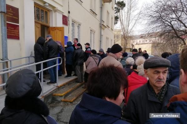 Фото из Новоуральска, где жители массово пошли оформлять пропуска на выезд. Режим доступа в город с 7 апреля планируют ограничить