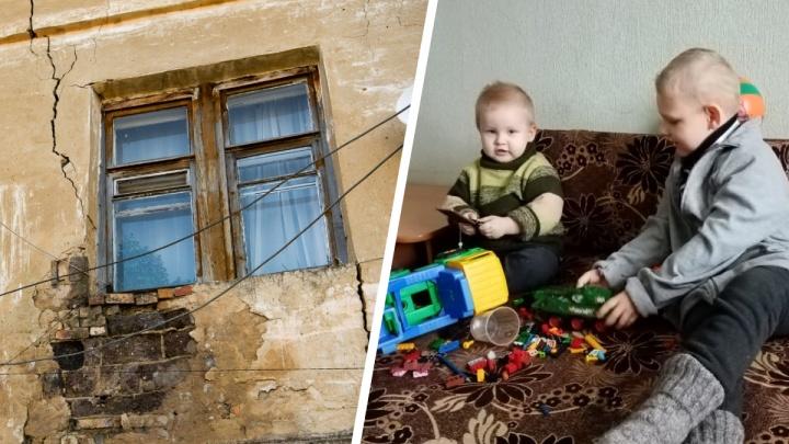 «Спим при температуре +10 градусов»: на Урале многодетная мать не может переехать из аварийного дома