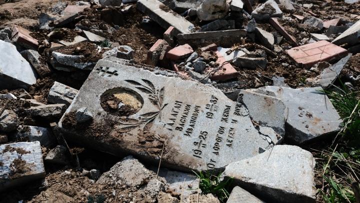 На кладбище в Пермском районе из битых надгробий делают дорожку. Разбираемся в ситуации