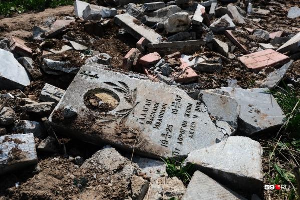 Среди обломков попадаются большие части надгробий