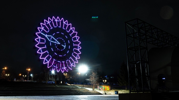 «Готов был отдать любые деньги»: новосибирец сделал предложение девушке светящимися буквами на колесе обозрения